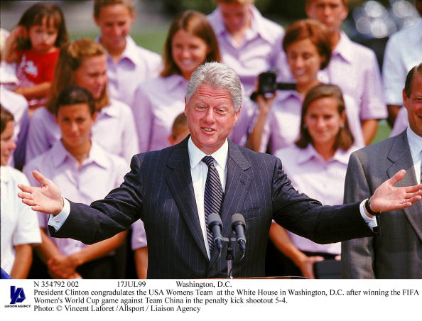 Women's Soccer「President Clinton Congradulates The usaWomens Team At The Whi」:写真・画像(2)[壁紙.com]