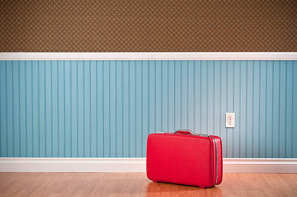 Red Suitcase In Empty Room:スマホ壁紙(壁紙.com)