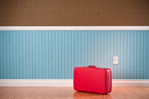 Travel「Red Suitcase In Empty Room」:スマホ壁紙(1)
