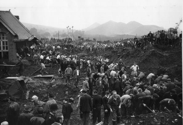 Accidents and Disasters「Aberfan Helpers」:写真・画像(19)[壁紙.com]