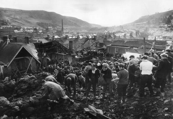 Accidents and Disasters「Aberfan Helpers」:写真・画像(9)[壁紙.com]