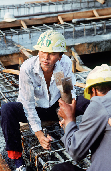 Asian and Indian Ethnicities「Worker holding a chisel to break out some concrete around reinforcement before the next pour on the elevated section, Third Ring Road, Beijing, China, 1996」:写真・画像(14)[壁紙.com]