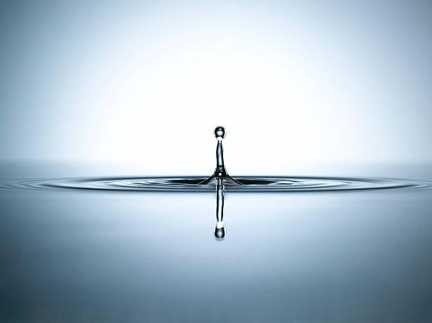 Water droplet in a pool of water:スマホ壁紙(壁紙.com)