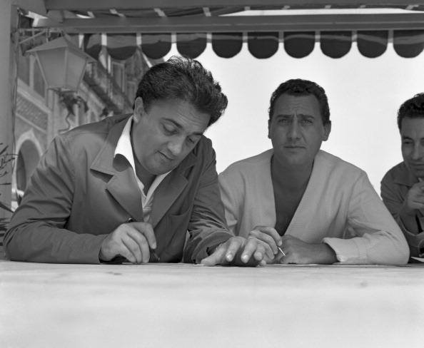 Director「Signing Autographs」:写真・画像(5)[壁紙.com]