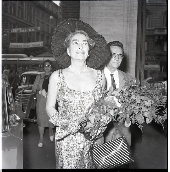 Bouquet「American film actress Joan Crawford in Rome 1962」:写真・画像(19)[壁紙.com]