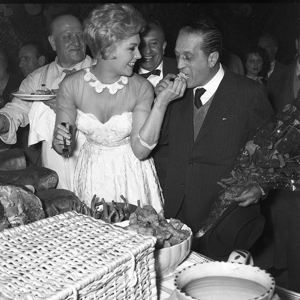 Ready-To-Eat「American film actress Kim Novak enjoys a picnic add feeds film producer Sandro Pallavicini at Cinecittà Studios, Rome 1956」:写真・画像(6)[壁紙.com]