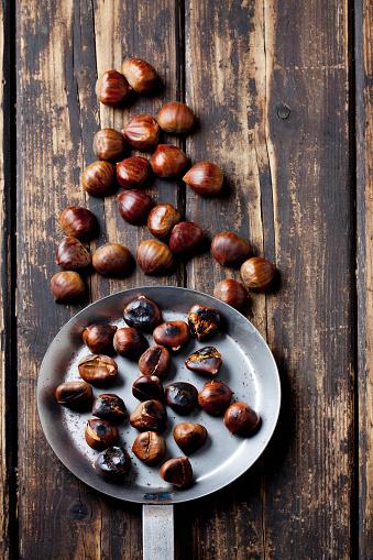 栗「Fresh and roasted chestnuts on dark wood」:スマホ壁紙(14)
