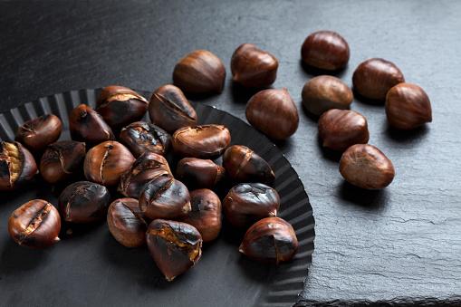 栗「Fresh and roasted chestnuts on dark background」:スマホ壁紙(3)
