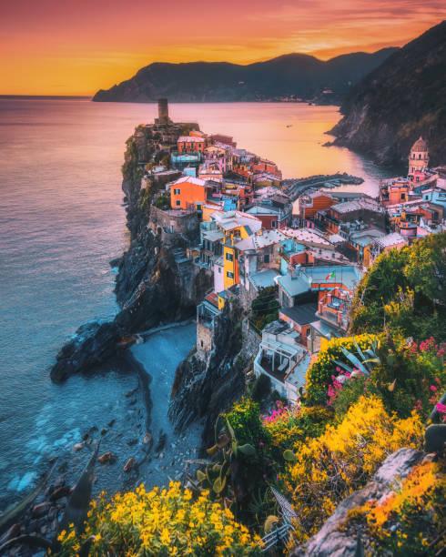 Colorful landscape view of Vernazza on sunset in Cinque Terre, Liguria, Italia:スマホ壁紙(壁紙.com)