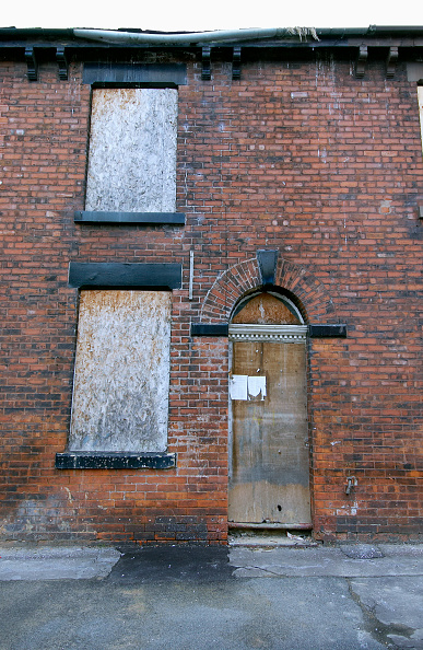 Brick Wall「Derelict terraced Victorian houses waiting demolition, Salford, near Manchester, England, UK Salford's regeneration objective is to ensure that each neighborhood has its own distinct identity and niche, offering a good mix of housing types, a safe and at」:写真・画像(18)[壁紙.com]
