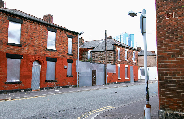 Vitality「Derelict terraced Victorian houses waiting demolition, Salford, near Manchester, England, UK Salford's regeneration objective is to ensure that each neighborhood has its own distinct identity and niche, offering a good mix of housing types, a safe and at」:写真・画像(2)[壁紙.com]