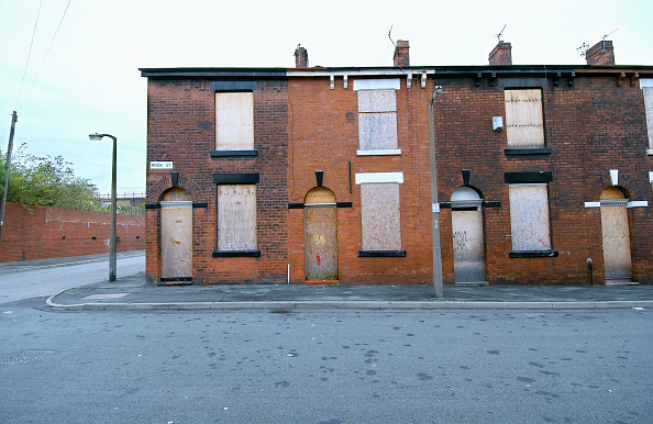 Broken「Derelict terraced Victorian houses waiting demolition, Salford, near Manchester, England, UK Salford's regeneration objective is to ensure that each neighborhood has its own distinct identity and niche, offering a good mix of housing types, a safe and at」:写真・画像(14)[壁紙.com]