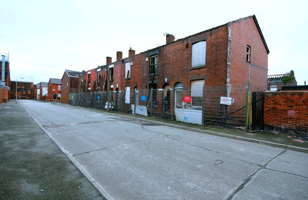 Derelict terraced Victorian houses waiting demolition, Salford, near Manchester, England, UK Salford's regeneration objective is to ensure that each neighborhood has its own distinct identity and niche, offering a good mix of housing types, a safe and at:ニュース(壁紙.com)