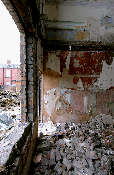Blank「Derelict terraced Victorian houses waiting demolition, Salford, near Manchester, England, UK Salford's regeneration objective is to ensure that each neighborhood has its own distinct identity and niche, offering a good mix of housing types, a safe and at」:写真・画像(2)[壁紙.com]