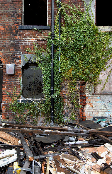 Brick Wall「Derelict terraced Victorian houses waiting demolition, Salford, near Manchester, England, UK Salford's regeneration objective is to ensure that each neighborhood has its own distinct identity and niche, offering a good mix of housing types, a safe and at」:写真・画像(2)[壁紙.com]