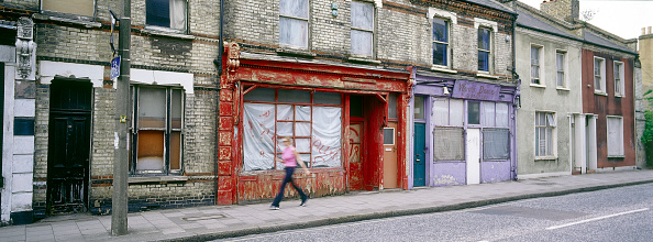 Boarded Up「Derelict terraced shop fronts and housing Clapham Common Rectory Grove, London, United Kingdom」:写真・画像(7)[壁紙.com]