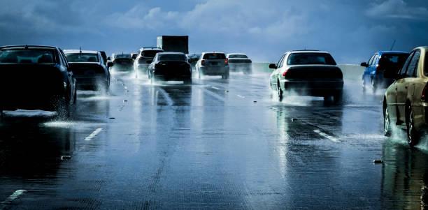 Heavy traffic , wet road:スマホ壁紙(壁紙.com)
