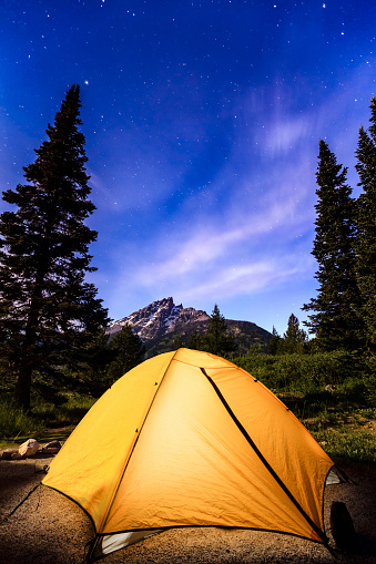星空「Tent and milky way visible in the sky over Teton Range, Grand Teton National Park」:スマホ壁紙(6)