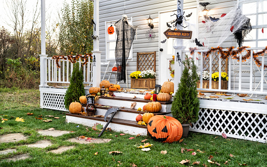 jack-o'-lantern「Halloween Jack-o-Lantern Pumpkins on a porch stairs」:スマホ壁紙(18)