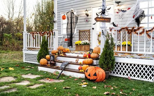 Evil「Halloween Jack-o-Lantern Pumpkins on a porch stairs」:スマホ壁紙(18)