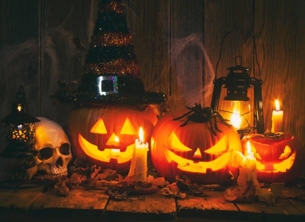 Halloween Jack-o-Lantern Pumpkins on rustic wooden background:スマホ壁紙(壁紙.com)