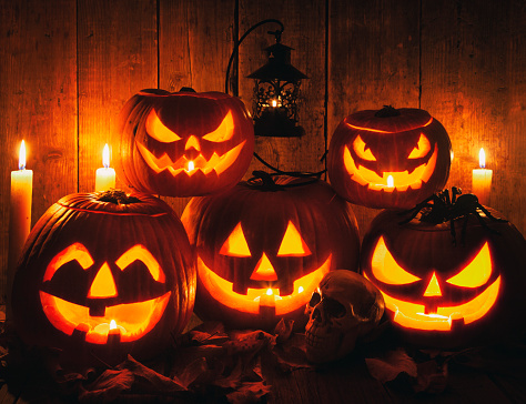 Horror「Halloween Jack-o-Lantern Pumpkins on rustic wooden background」:スマホ壁紙(11)
