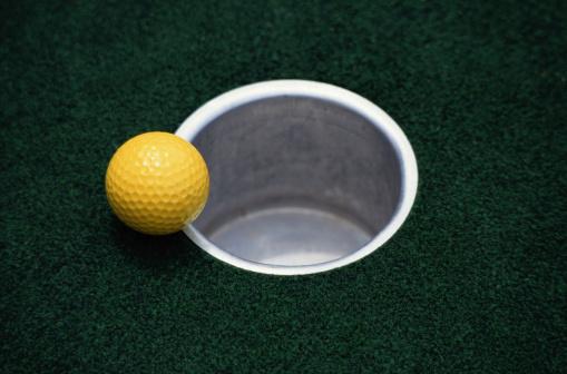 Off Target「Yellow Golf Ball and Hole」:スマホ壁紙(15)