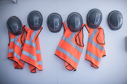 Hardhat「Rows of hard hats and high vis jackets on portable cabin wall」:スマホ壁紙(12)