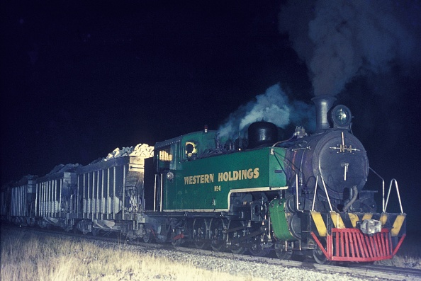Rake「South African gold fields by night. A North British of Glasgow built 4-8-2T hauling a rake of gold ore at Welkom from No.2 shaft to the reduction plant. Tuesday 12th June 1973.」:写真・画像(15)[壁紙.com]