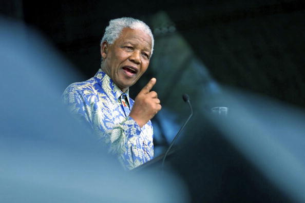 ポートレート「South Africa. Western Cape. Oudtshoorn. Former South African president, Nelson Mandela, delivering a speech in Afrikaans at the KKNK, Vryheid van Oudtshoorn.」:写真・画像(7)[壁紙.com]