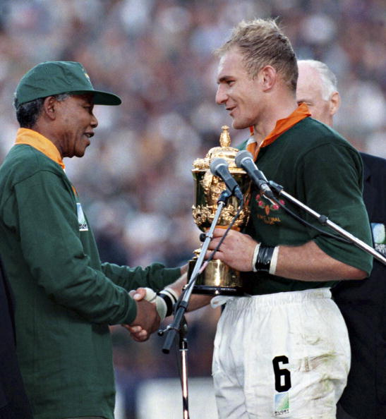 South Africa「South African president Nelson Mandela, dressed in a No 6 Springbok jersey, congratulates the Springbok captain Francois Pienaar after South Africa beat the All Blacks by 15-12 to win the 1995 Rugby World Cup.」:写真・画像(13)[壁紙.com]