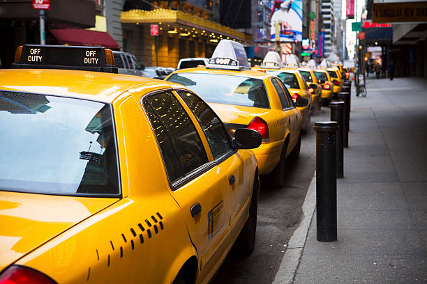 Big Line of Yellow Taxis in New York City:スマホ壁紙(壁紙.com)