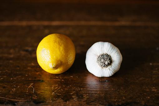 Garlic Clove「Lemon and Garlic on Wood Table」:スマホ壁紙(7)
