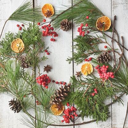 豊富「Festive arrangement in wreath shape of pine cones, fruit, berries and pine for Christmas」:スマホ壁紙(1)