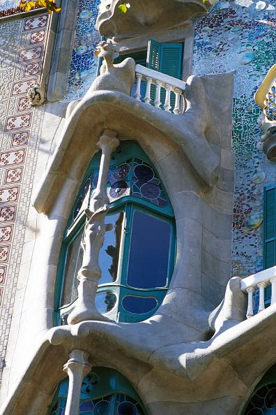 アントニ・ガウディ「Window detail of Casa Batllo apartment building, designed by Antoni Gaudi Barcelona, Catalunya, Spain」:写真・画像(16)[壁紙.com]