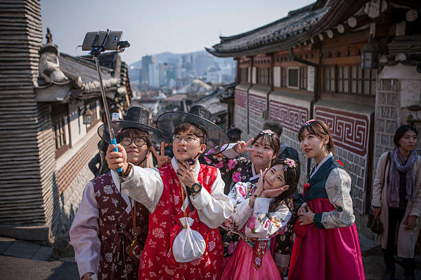 Young Koreans Appreciate Traditional Hanbok Dress:ニュース(壁紙.com)