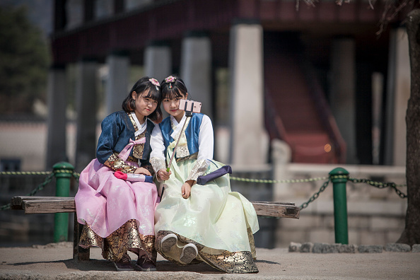 Tradition「Young Koreans Appreciate Traditional Hanbok Dress」:写真・画像(10)[壁紙.com]