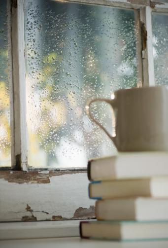 雨「Cup on heap of books with rain on window in background」:スマホ壁紙(8)