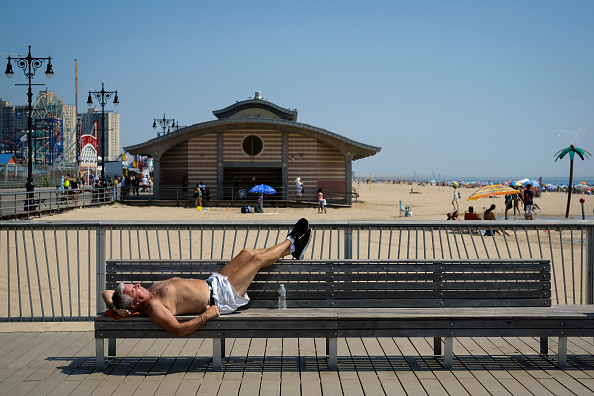 Resting「New York City Hit With Late Summer Heat Wave With Scorching Temperatures」:写真・画像(1)[壁紙.com]
