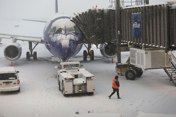 Snow「Early Winter Weather Snarls Traffic At Newark Airport」:写真・画像(16)[壁紙.com]