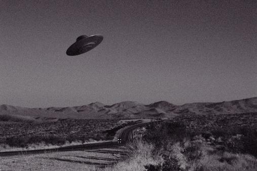 UFO「UFO over Mojave Desert, California, USA (B&W)」:スマホ壁紙(8)