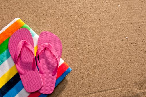 Flip-flop「Flip Flops And Beach Towel On Sand」:スマホ壁紙(19)