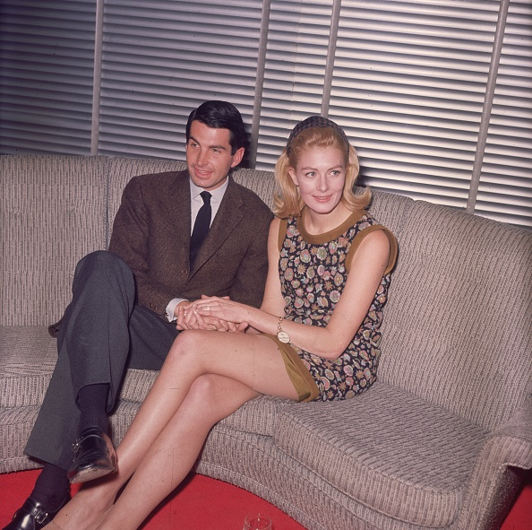 Sofa「George And Vanessa」:写真・画像(0)[壁紙.com]