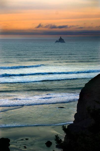 Tillamook Rock Lighthouse:スマホ壁紙(壁紙.com)