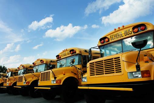 High School Building「Line of school buses」:スマホ壁紙(15)