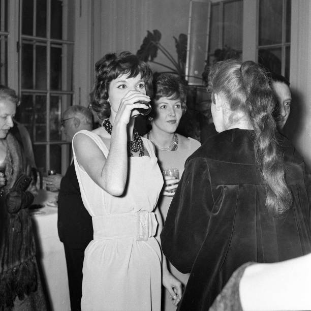 Elsa Martinelli with Carla del Poggio at the party for the movie 'The Tempest', Italy 1958:ニュース(壁紙.com)