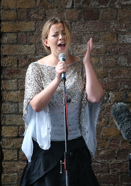 Shell Building「Singer Charlotte Church Protests Arctic Drilling Outside The Shell Centre」:写真・画像(12)[壁紙.com]
