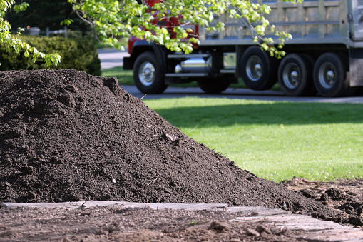 Construction Vehicle「Topsoil Delivery Dump Truck for Residential Landscaping」:スマホ壁紙(0)