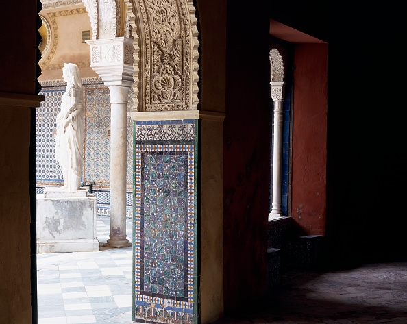 Casa De Pilatos「Doorway and statue with tile flooring」:写真・画像(2)[壁紙.com]