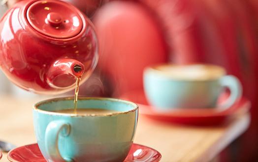 Coffee Break「Pouring Tea from Teapot into Teacups」:スマホ壁紙(19)